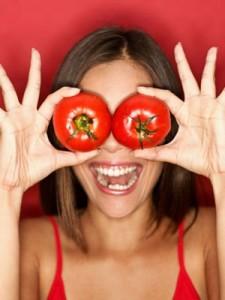 femme souriante tenant des tomates