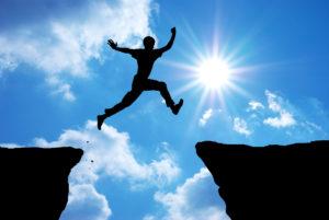Homme sautant entre 2 falaises
